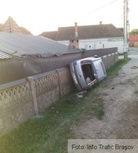 Un tânăr fără permis a furat maşina gazdei şi s-a răsturnat cu ea