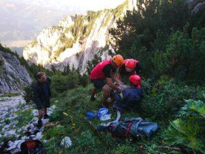 Turistă accidentată în masivul Piatra Craiului, recuperată de salvamotiștii din Zărnești (Foto)