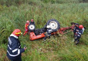 Un bărbat, rănit după ce s-a răsturnat cu tractorul în Poiana Mărului
