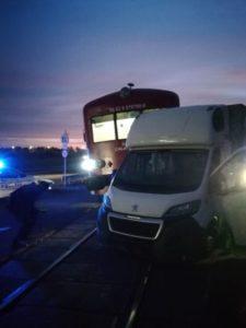 FOTO Autovehicul lovit de tren, în această dimineață, la Brașov
