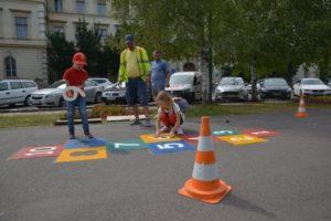 Jocuri în aer liber pentru copii, pe trotuarul de pe Bulevardul Eroilor