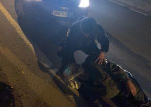 VIDEO Bătrân căzut pe stradă, salvat de jandarmi