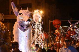 Păpuși gigant în Piața Sfatului, dornice să interacționeze cu copiii