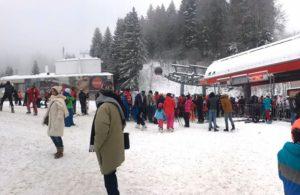 Primii turiști care petrec Crăciunul pe rit vechi au ajuns în Poiana Brașov