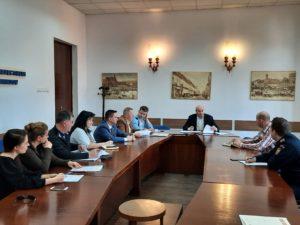 După ce mai multe persoane s-au îmbolnăvit din cauza mâncării de la un botez din Feldioara, reprezentanții Prefecturii Brașov iau măsuri