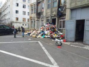 FOTO Munte de gunoaie, într-un cartier din Brașov
