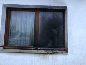 VIDEO FOTO Sticlă incendiară, aruncată într-un geam al locuinței primarului din Zărnești, Alexandru Igrișan