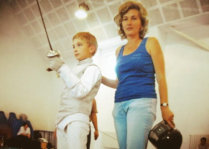 Mamă-suporter pentru băiatul cel mare, Mircea, la CN Copii de la Constanța (iunie 2011).