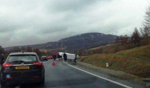 Autoutilitară răsturnată pe DN1, la Perșani. Jandarmii brașoveni au acordat primul ajutor (Foto)