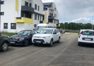 Scandal acum în Brașov. Stradă blocată de un individ