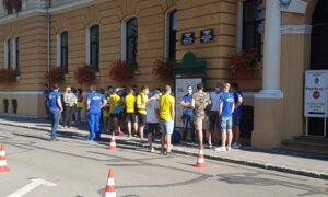 Jucătorii echipei de polo Corona Brașov au protestat în fața Primăriei