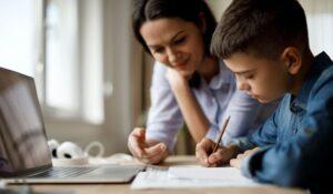 Ce părinți pot cere zile libere plătite pentru a sta acasă cu copiii în perioada școlii online