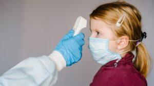 Noua tulpină a coronavirusului este mult mai contagioasă în rândul copiilor