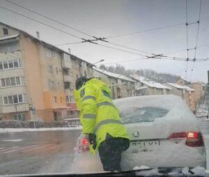VIDEO Un polițist a deszăpezit autoturismul unui șofer din Brașov