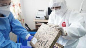 De ce este transportat vaccinul anti-COVID-19 în cutii de pizza