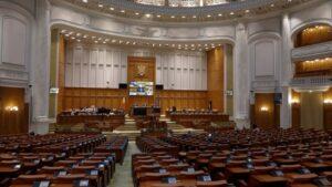 Peste 100 de foști parlamentari își cer în instanță pensiile speciale