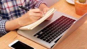 Elevii din clasele terminale de gimnaziu şi liceu reîncep cursurile online