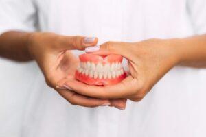 Proteza dentară trebuie purtată și în timpul somnului. Ce efecte provoacă în caz contrar?