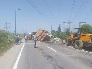 Autovehicul cu deșeuri răsturnat, în municipiul Brașov
