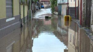 Inundații în mai multe gopodării din Brașov. Două case, în flăcări, din cauza fulgerelor