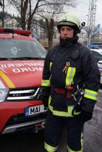 Pompier de la ISU Braşov, erou în timpul liber: A salvat o femeie imobilizată la pat, dintr-o casă cuprinsă de flăcări