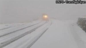 VIDEO Iarna și-a intrat pe deplin în drepturi pe Transfăgărășan! Stratul de zăpadă măsoară 10 cm